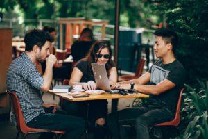 Jonge mensen brainstormen over contentstrategie op een terras