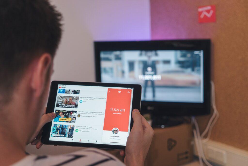Man op zoek naar video's op YouTube