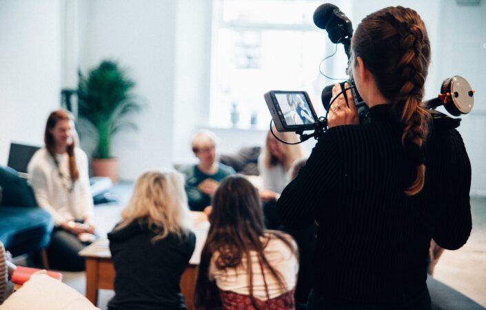 Cameravrouw die video's maakt